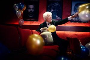 paul van vliet, comedian, comedy, grap, theather pepijn, balonnen, strik, pak, cabaret, cabaretier