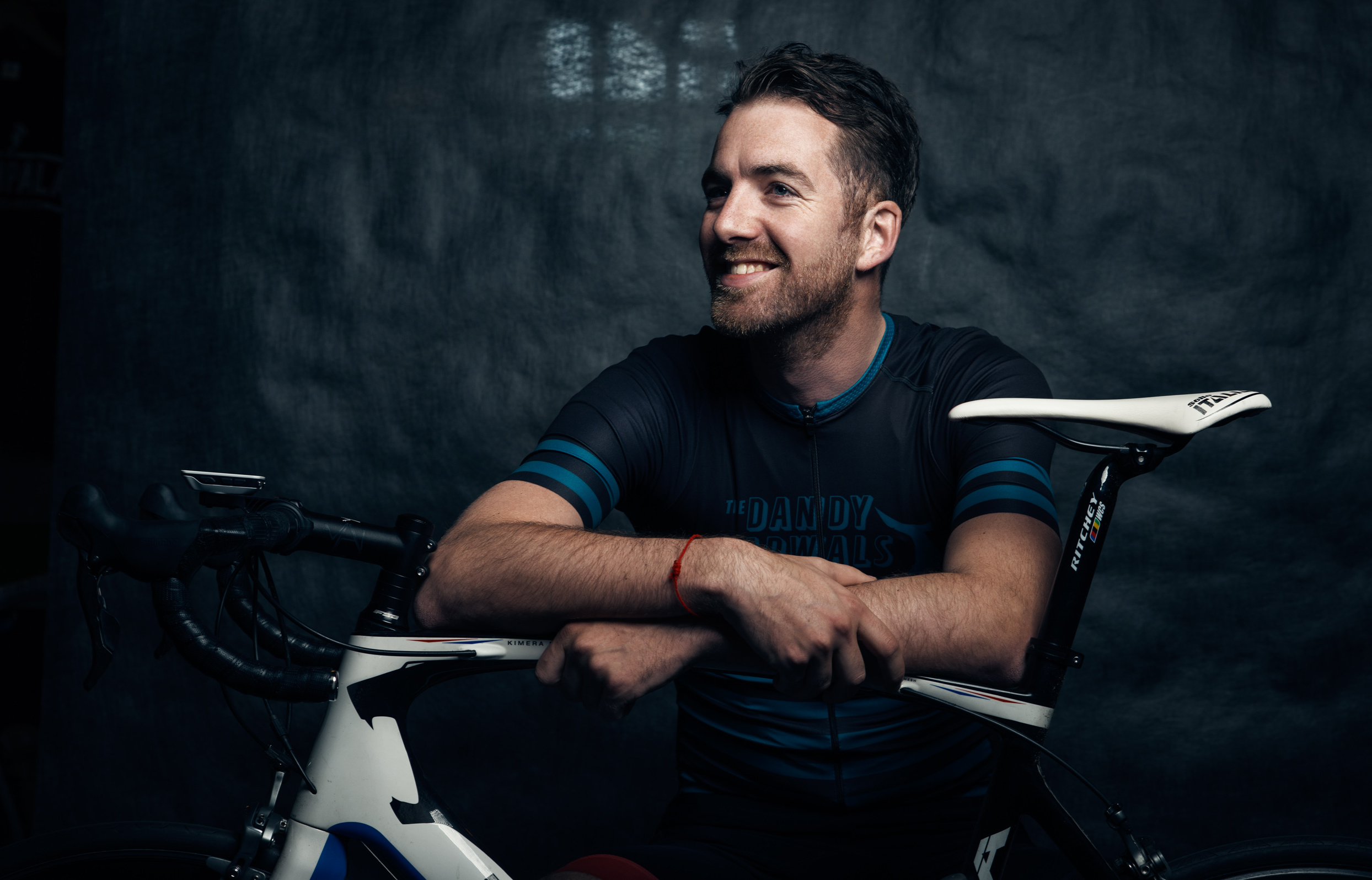 wielrenner, lola bikes, fietsclub, studio, portret, fiets, zadel, stoer, tough, man, machine
